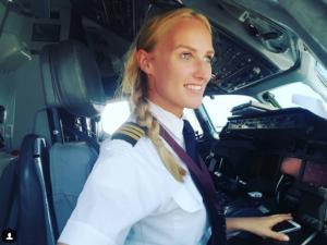 24살 금발 미녀의 직업은 항공기 파일럿