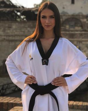 태권도로 다진 몸매...세르비아 미녀 기상캐스터 '화제'