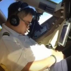비행중 조종석에서 잠든 중화항공 조종사 논란
